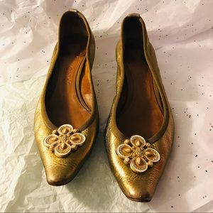 Chloe low heels in great condition gold flower